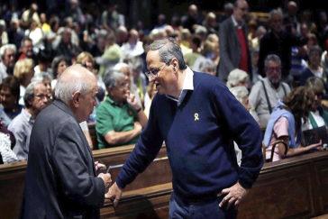 El presidente de la Generalitat, Quim Torra (dcha.), saluda al ex presidente Jordi Pujol, este sábado, en una plegaria por los acusados del 'procés', en Barcelona..