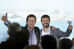 Alberto Núñez Feijóo y Pablo Casado, en un acto del PP en Oleiros (La Coruña) este domingo.