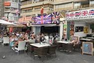 Turistas británicos consumiendo en una terraza en Benidorm este fin de semana.