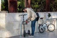 Un usuario de un patinete le pone un candado en Valencia