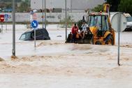Vehículos atrapados por las inundaciones de la Vega Baja durante la DANA