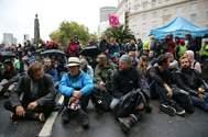 Activistas de Extinction Rebellion se sientan en una calle del centro de Londres, el 7 de octubre de 2019 durante las protestas climáticas