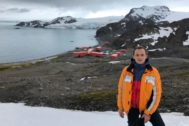 El ministro de Ciencia Pedro Duque, en la Antártida este verano. A su espalda, la base antártica española Juan Carlos I.