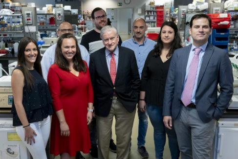 Marta Cortés-Canteli y Valentín Fuster, junto al resto del equipo de investigadores.