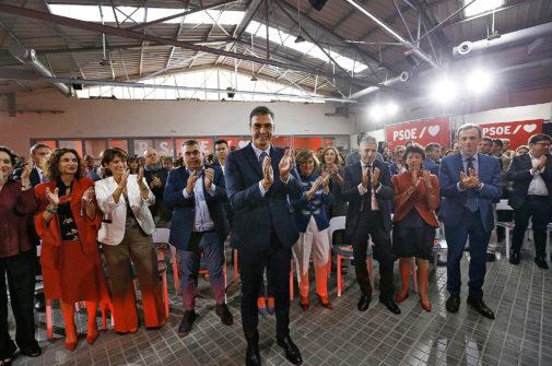 El secretario general del PSOE, Pedro Sánchez (en el centro), en la...