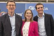 De izqda. a dcha., el presidente de Galicia, Alberto Núñez Feijóo, con Ana Pastor y el presidente del PP, Pablo Casado.