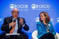 El secretario general de la Organización para la Cooperación y el Desarrollo Económico (OCDE), Ángel Gurría, junto a la ministra española de Economía, Nadia Calviño.