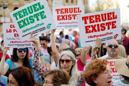 Manifestantes lucen carteles a favor del tren a Teruel en una...