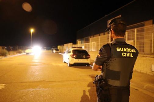 Un agente de la Guardia Civil en la localidad de Pedrola (Zaragoza)...