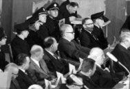 Victor Capesius, en el centro de la imagen y con gafas de sol, durante el juicio celebrado en 1964 en Frankfurt sobre Auschwitz.