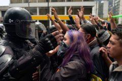 Manifestantes se enfrentan a los antidisturbios durante las protestas en Quito, el pasado viernes.