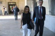 Laura Gómiz con su abogado Adolfo Cuéllar, este martes llegando a la Audiencia.