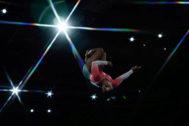 Simone Biles, durante el ejercicio de suelo en el Mundial.