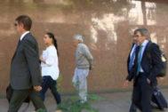 Llegada de los representantes de las patronales cerámicas a la sede de la CEOE en Madrid, ayer.