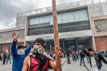 """Los indígenas toman la Asamblea Nacional al grito de """"¡Fuera Lenín Moreno!"""""""