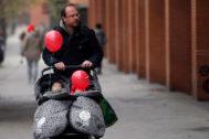 Un padre paseando a sus hijos.