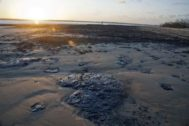 Manchas de petróleo en la playa Viral en la costa de Sergipe.