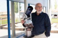 Mayor posa con un telescopio en Madrid