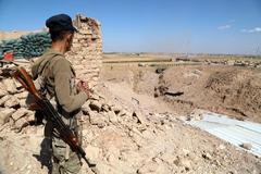 Un miembro de las fuerzas de Autodefensa (SDF) vigila la frontera con Turquía desde la ciudad siria de Ras Al Ain.