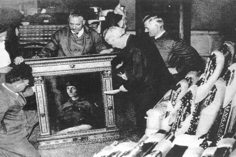 Evacuación de obras de arte a Valencia y Suiza durante la Guerra Civil española. Momento del inventario del 'Retrato de un cardenal', de Rafael procedente del Museo del Prado.
