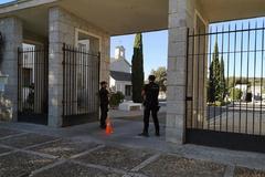 Dos policías vigilan la entrada del cementerio de El Pardo.