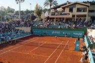 Imagen de una pista de tenis durante un torneo.
