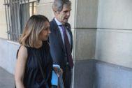 La ex presidenta de Invercaria Laura Gómiz, con su abogado Adolfo Cuéllar, entrando en la Audiencia de Sevilla.