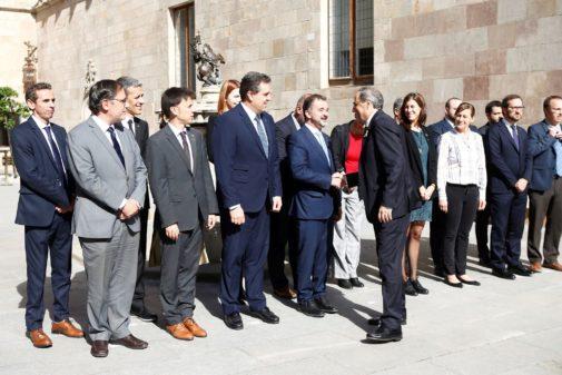 El presidente de la Generalitat, Quim Torra, saluda al consejero de...