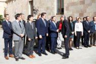 El presidente de la Generalitat, Quim Torra, saluda al consejero de Acción Exterior, Alfred Bosch durante la reunión mantenida el martes 8 de octubre con los delegados del Govern en el exterior.