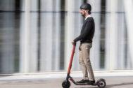 Un usuario maneja el Seat Exs Kickscooter con casco
