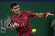 Djokovic, durante su partido ante Shapovalov en Shanghai.