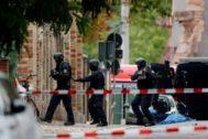 Oficiales de policía en Halle (Alemania), en el lugar del tiroteo.