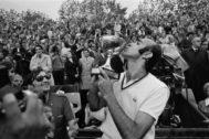 Gimeno besa la copa de campeón de Roland Garros.