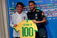 Bebeto entrega a Neymar una camiseta por sus 100 partidos.