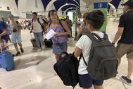 Juana Rivas, junto a su hijos en Sevilla, se dispone a tomar un vuelo a Cagliari, Italia, para entregárselos al padre, Francesco Acuri.