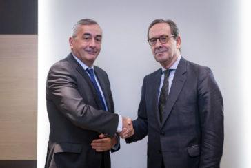 Carlos Ocaña de Funcas tras renovar su acuerdo con el presidente de Kutxabank Gregorio Villalabeitia.