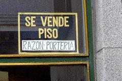 Un cartel anunciando la venta de un piso en Madrid.
