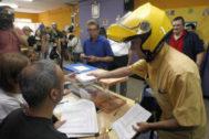 Un funcionario entrega los votos por correo