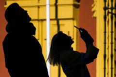 Una visitante fotografía con su teléfono la Catedral de Málaga.