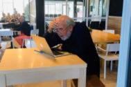 Michel Mayor. en el aeropuerto de San Sebastián leyendo sus mensajes. | @NobelPrize