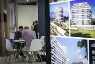 Un hombre consulta una promoción de obra nueva en una feria de vivienda.