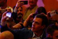 El presidente del Gobierno en funciones, Pedro Sánchez, se fotografía con simpatizantes tras intervenir en un acto político.