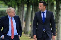 El primer ministro británico, Boris Johnson, pasea con su homólogo irlandés, Leo Varadkar, este jueves en Thornton Manor Hotel, cerca de Birkenhead.