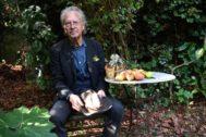 Peter Handke, ayer en el jardín de su casa en los alrededores de París.