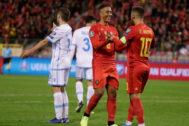 Tieleman celebra con Hazard un gol ante San Marino.