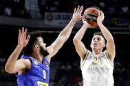 GRAF8353. MADRID.- El alero estadounidense del Real Madrid Jaycee <HIT>Carroll</HIT> (d) lanza ante Elijah Bryant, del Maccabi, durante el partido de la segunda jornada de la EuroLiga que tiene lugar este jueves en el Wizink Center, en Madrid.
