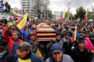 Los indígenas cargan con el ataúd de un fallecido durante las protestas.