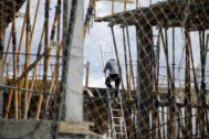 Un obrero trabaja en la construcción de un edificio en Madrid.