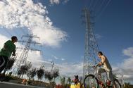 Dos torres eléctricas junto a un parque infantil en Tarragona.