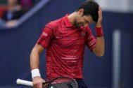 Djokovic, cabizbajo, durante su partido ante Tsitsipas.